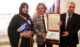 الدكتورة خلود المسيري تتسلم درع الجائزة الدولية وشهادة سفراء السلام